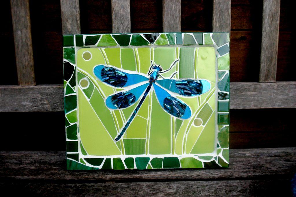 Mozaïek in opdracht kunst aan de muur libelle