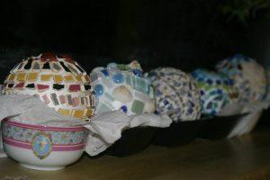 Creatieve kunst workshop op locatie vriendinnen familie mozaïek Noord-Holland tuinbollen heksenbollen
